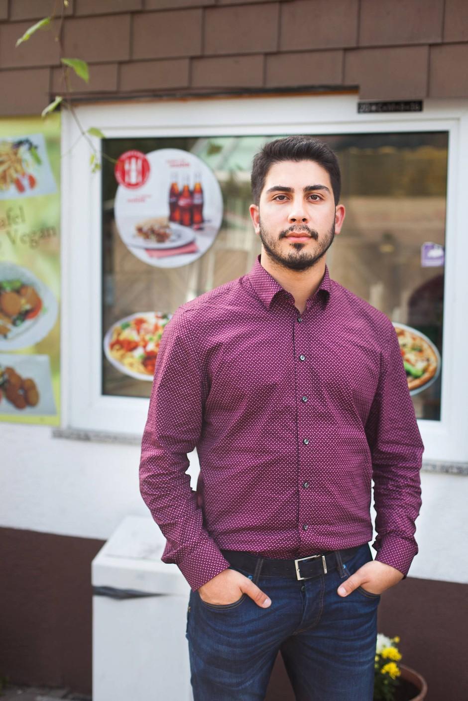 Ali Can vor dem Kebabhaus seiner Eltern. Er hat ein Buch über seine Hotline für besorgte Bürger geschrieben.