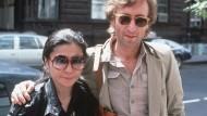 John Lennon und Yoko Ono im August 1980 – der Witwe wurden Teile seines Nachlasses gestohlen. Jetzt präsentierte die Berliner Polizei das Diebesgut.