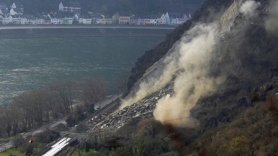 Eine Sprengung sollte Ende März nach dem Felsrutsch im Mittelrheintal eine Felsnase beseitigen.