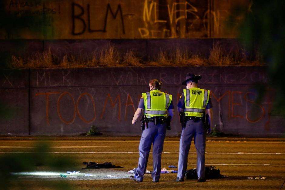 Zwei Polizisten der Washington State Patrol am Tatort.