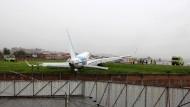 Flugzeug mit 93 Insassen rutscht von Landebahn