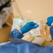 Bis hierher Kühlung bei minus 70 Grad nötig: Eine medizinische Fachangestellte bereitet in Bamberg die Spritzen zur Impfung vor.