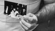 Russell Yates, der Vater der 1985 verschwundenen Mädchen, hält 1988 ein Foto der beiden mit ihrer Mutter in den Händen.