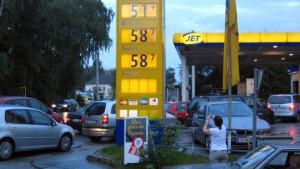 Tankstellenkrieg löst Verkehrschaos aus