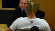 Der angeklagte NPD-Kommunalpolitiker am Montag mit seinem Anwalt im Gericht