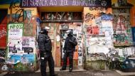 Polizisten Ende März bei einem Einsatz in der Rigaer Straße in Berlin
