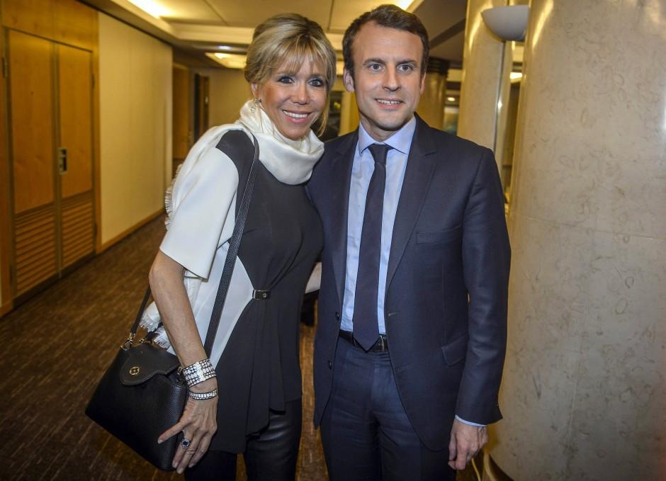 Brigitte Macron mit Ehemann im Februar 2017 beim jährlichen Dinner des Dachverbands der jüdischen Organisationen Frankreichs. Zu Taillengürtel und weißem Seidenschal trug sie eine schwarze Lederhose.