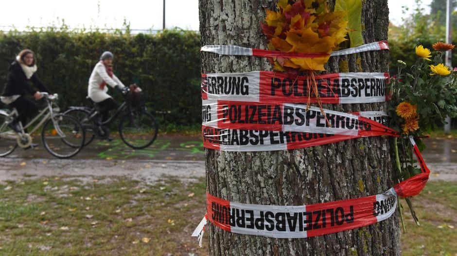 Blumen sind Mitte Oktober mit einem Absperrband der Polizei an einem Baum in Freiburg befestigt. Hier war die Medizinstudentin ermordet worden. Jetzt wurde der Täter gefasst.