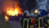 Vier Menschen bei Explosion auf Ölfeld schwer verletzt