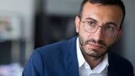 Mit einer überwältigenden Mehrheit im Amt bestätigt: Frankfurts SPD-Chef Mike Josef