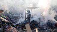 Feuerwehrmänner am Samstag bei Löscharbeiten am Unglücksort Hitrino