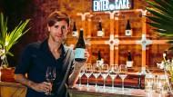"""Techno-DJ und Sake-Fan Richie Hawtin hier mit einer Flasche seines Labels """"Enter.Sake"""""""