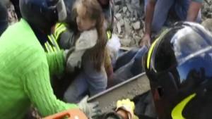Mädchen nach 17 Stunden lebend aus den Trümmern geborgen
