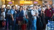Polizisten und Reisende am Mittwochmorgen im Abflugbereich des Frankfurter Flughafens – Teile von Terminal 1 wurden geräumt.