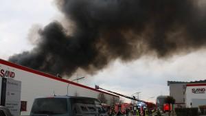 Zwei Großbrände in Firmen eines Ortes