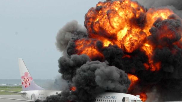 Flugzeug geht acht Minuten nach der Landung in Flammen auf