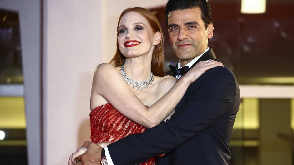 """Schäkern auf dem roten Teppich: Jessica Chastain und Oscar Issac bei der Premiere der Mini-Serie """"Szenen einer Ehe"""""""