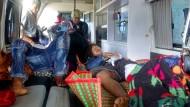 Bei den Protesten verletzte Rakhine werden am Mittwoch im burmesischen Sittwe in ein Krankenhaus gebracht.