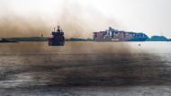 Abgase von Schiffsmotoren im Sommer 2016 nahe des Hamburger Hafens: Deutsche Gewässer sind nicht so sauber, wie sie sein sollten.