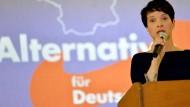 Petry will abgelehnte Asylbewerber auf Inseln bringen lassen