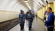Polizisten patrouillieren am Mittwoch in einer U-Bahn-Station in Moskau.