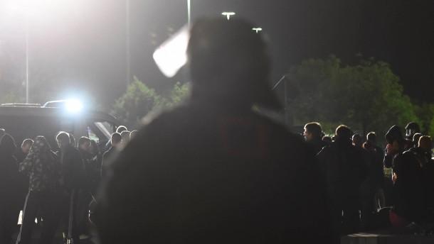 Polizei kesselt rechte Demonstranten ein