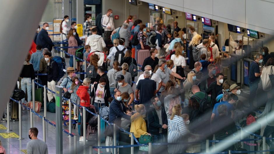 Ferienbeginn in NRW: Wenige Staus aber Warteschlangen am Flughafen
