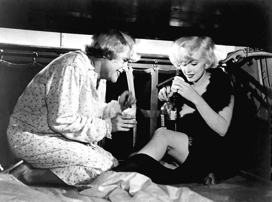 """Geschüttelt in einer Wärmflasche: Marylin Monroe (rechts) und Jack Lemmon trinken Manhattans in """"Manche mögen's heiß""""."""