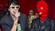 """Nadeschda Tolokonnikowa (links) und Sacha Adler von der Polit-Punk-Gruppe """"Pussy Riot"""" während einer Debatte am Rande eines Konzerts beim Musik Festival Zwarte Cross in Lichtenvoorde in den Niederlanden, aufgenommen am 23.07.2016"""