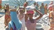 Arbeit: Schon Kinder müssen in Guwahati Felsbrocken zur Steinmühle schleppen