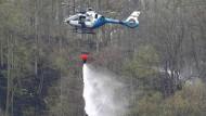 Hubschrauber, hier ein Modell der Polizei, beim Löscheinsatz an der Bleilochtalsperre, wo Einsatzkräfte seit Ostern einen Großbrand bekämpfen.