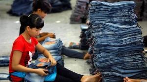Jeans werden weiter mit Sand bestrahlt