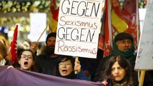 Protest vor Dom gegen Gewalt gegen Frauen