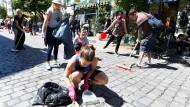 """""""Einfach wahnsinnig, so sauber war die Schanze schon lange nicht mehr"""", hieß es in einem begeisterten Kommentar auf Facebook. Die Facebook-Gruppe """"Hamburg räumt auf"""" hatte schnell 8000 Teilnehmer."""