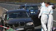 Ermittler der Polizei sichern am Sonntag in dem verunfallten Auto auf der A3 in Bayern Spuren.