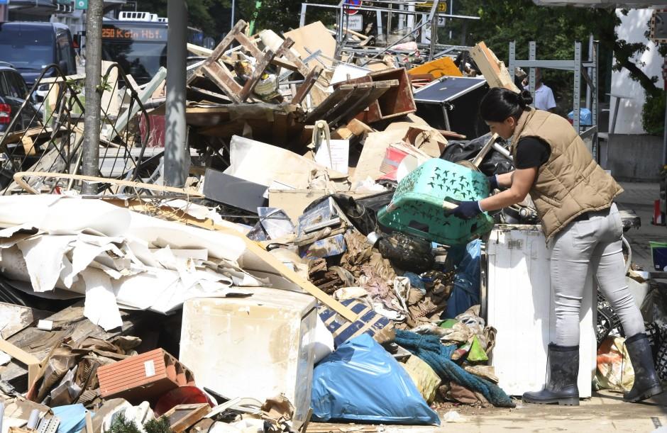 Auf einen Müllberg in Opladen kommt noch mehr Abfall.