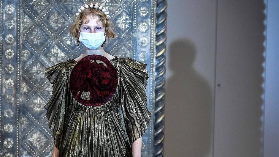 Irreal: Bei Dior erinnert die Kollektion mit viel Stickerei und güldenem Ton an vergangene Zeitalter.