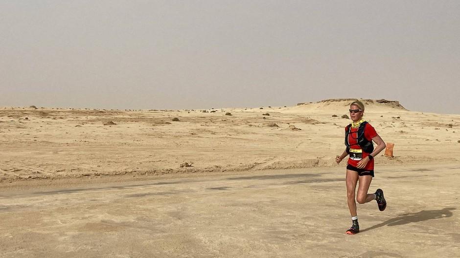Die Hamburgerin Judith Havers lieft die 100 Kilometer durch die Wüste Tunesiens in zwölf Stunden und 21 Minuten.
