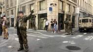 Soldaten der Anti-Terror-Einheit sichern das Viertel, in dem die Bombe in Lyon explodiert ist.