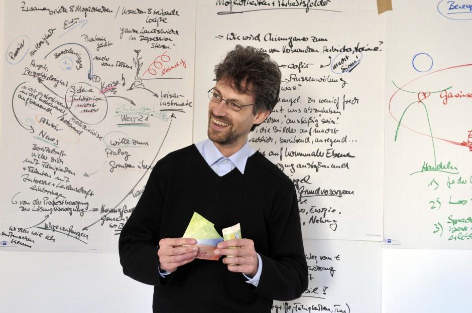 Vor dem Hintergrund komplexer Ideen: Initiator Christian Gelleri
