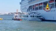 Mehrere Verletzte: Das Kreuzfahrtschiff «Msc Opera» ist an der Anlegestelle San Basilio in Venedig mit einem Touristenboot zusammengestoßen.