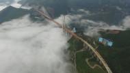 Die Beipanjang-Brücke im bergigen Südwesten Chinas: Bei der 565 Meter hohen und 1341 Meter langen Brücke handelt es sich um die weltweit höchste. Das Bauwerk kostet rund 130 Millionen Euro.