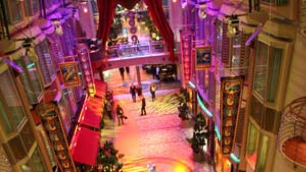 Lila Lichtspiele für viertausend Passagiere