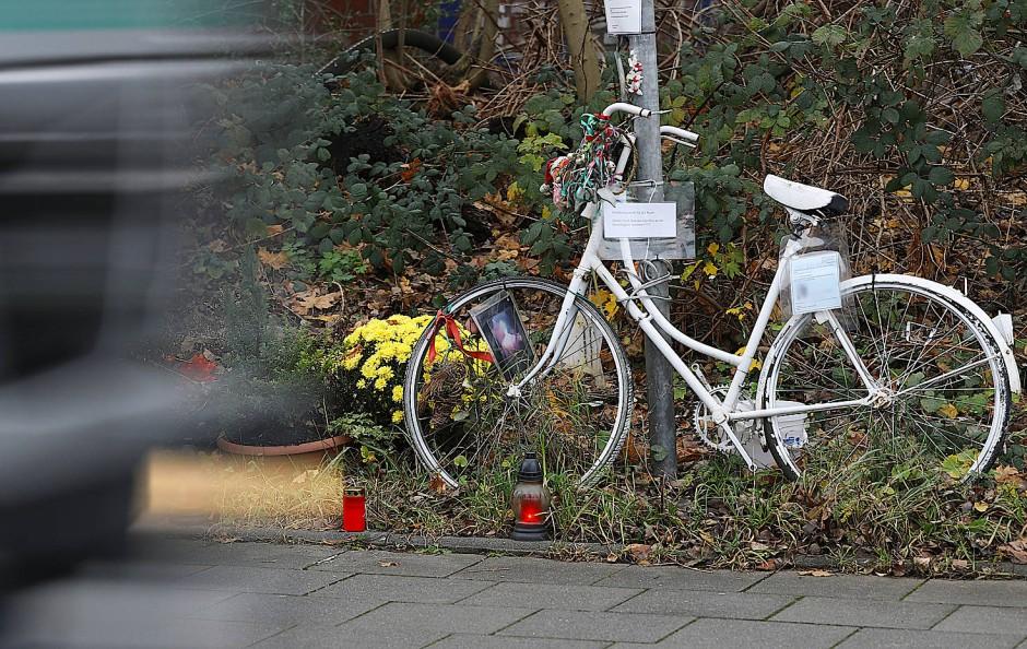 Ein weiß bemaltes Fahrrad erinnert noch heute am Unfallort in Köln an die getötete Radfahrerin.