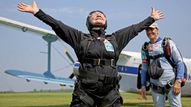 Ein Fallschirmsprung zum 90. Geburtstag