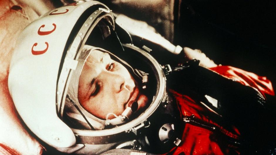 Mit seinen 1,57 Metern Körpergröße passte er gut in die beengte Kapsel: Juri Gagarin am 12. April 1961, kurz vor dem Start zum ersten bemannten Weltraumflug