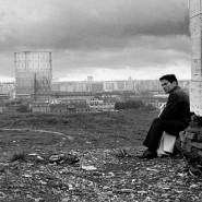 Ikonisch: Regisseur Pier Paolo Pasolini schaut auf dem Monte dei Cocci einem Jungen nach, der die Szene gleichgültig kreuzt.
