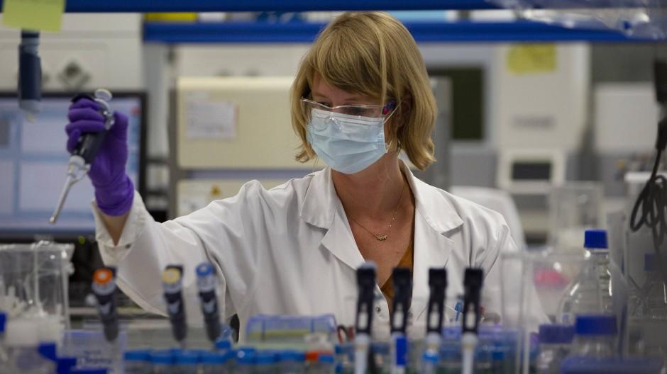 Eine Labortechnikerin bei der Erforschung des Coronavirus beim Johnson&Johnson-Tochtergesellschaft Janssen Pharmaceutical im belgischen Beerse.