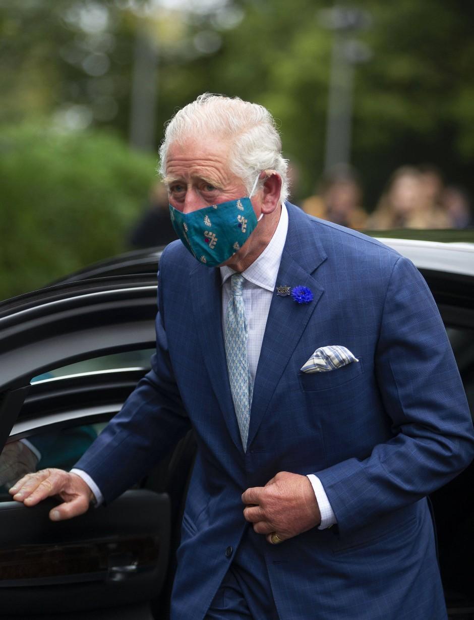 Unterstützt gern Hersteller aus Burma: Prinz Charles mit Maske beim Besuch des Ulster Museums in Belfast im September.