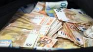 10.000 Euro fanden vier Arbeiter in Frankreich. Sie waren ehrlich und brachten den Fund zur Polizei. (Archivbild)